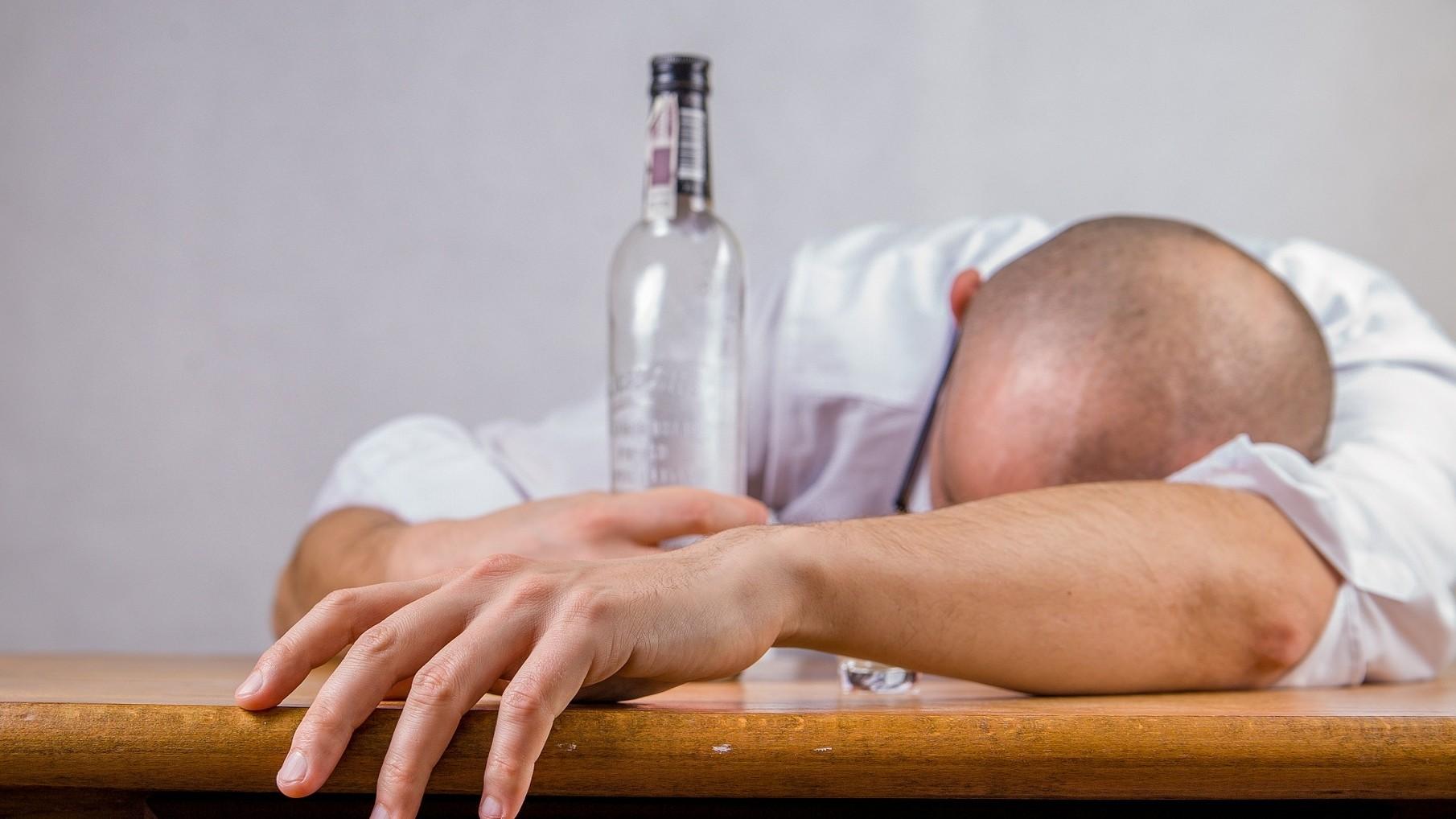 愛喝酒「小心變金魚腦」! 研究:酒鬼大腦比正常人「萎縮20%」
