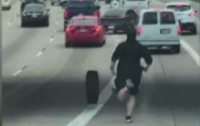 男高速公路突下車 狂追輪胎回來