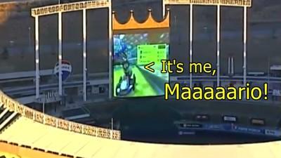 抓到了!空拍棒球場..堪薩斯皇家隊拿轉播巨幕玩《瑪莉歐賽車》