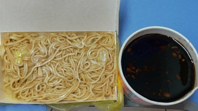 這也算尾牙?窩地下室吃「無味炒麵配抹布湯」 抽即期禮券、保養品