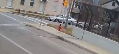 1歲童赤腳走大街 暖司機陪等警察