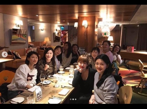 ▲大S主辦華岡藝校同學會,與20多年前的同學重聚。(圖/翻攝自小S Instagram)