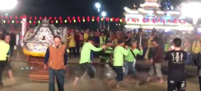 台南北極殿踏火連環摔 24人燙傷