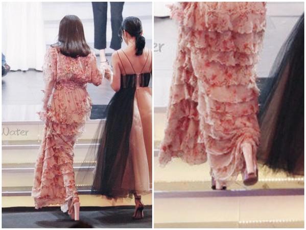 ▲秦嵐撩起裙子…「超驚人高跟鞋」意外曝光。(圖/翻攝自微博)