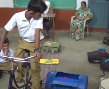 9歲小弟靠腳踏車 自製「超低成本洗衣機」