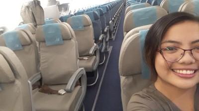 一上飛機都沒人!眼鏡妹幸運「包機」 全機服務她一個