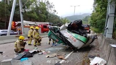 香港小巴失控「撞石墩右翻」 司機爆頭亡