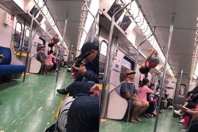 火車上表演競技!小男孩「頭下腳上」倒掛握環
