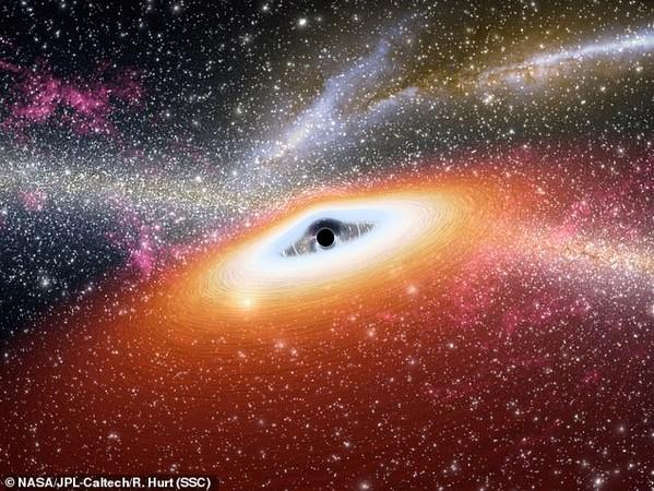 黑洞为何巨大?发现前未见吞星现象 辐射强度高50倍