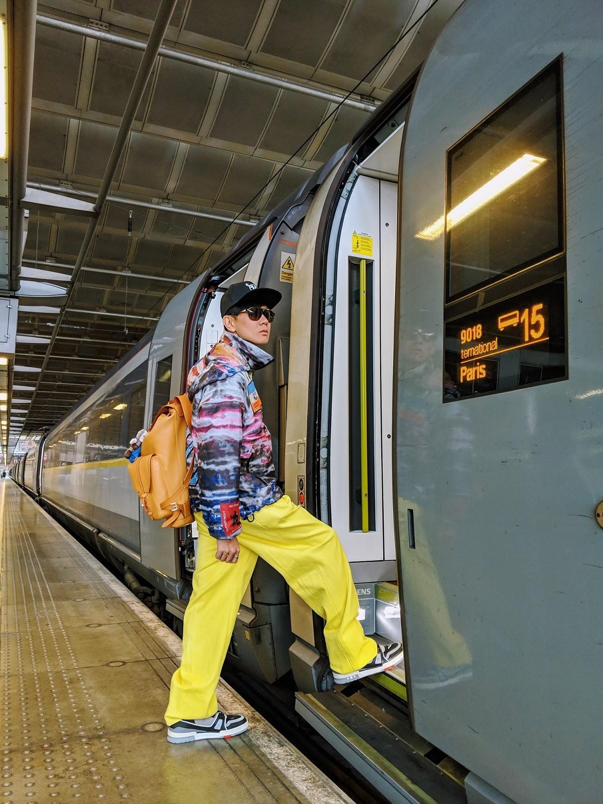 林俊杰「车站末运棋牌」靠娃娃喷发潮味 到巴黎准备看LV秀
