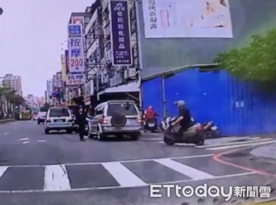 外籍女捷運站出口拍照 機車匪搶走包包