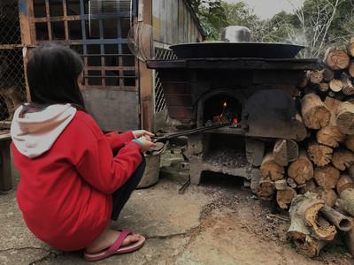 小五女童寒冬燒柴洗澡新年盼圍爐