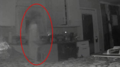 「兒子回來看我了」喪子婦在家撞鬼喜極而泣 監視器拍到透明人影