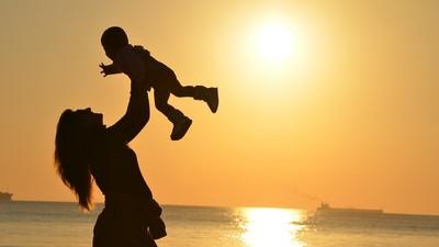 猶太媽媽「掃帚育兒法」只幫孩子清除發展障礙 促成獨立變大器