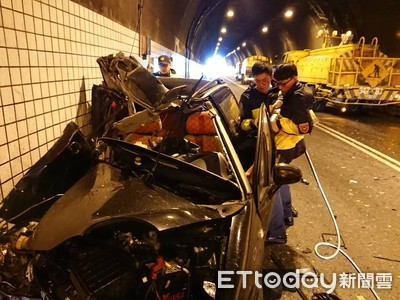 蘭陽隧道自小客與灑水車相撞 駕駛命危