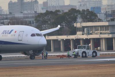客機降落後引擎異常熄火 大阪機場跑道關閉