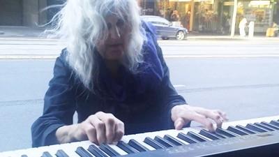 街頭彈琴20年「換路人一個微笑」八旬奶奶手指凍僵:彈到沒力氣為止