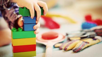 「吃剩的包裝紙」做成100種玩具!孩子捏成光劍、拐杖玩不膩 省錢右激發創造力