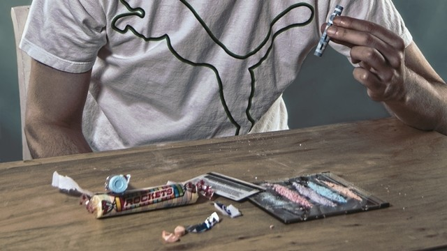八歲兒1年內學會「吸毒又製毒」!警上門手緊握藥丸不放:這是媽媽給的獎勵