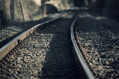 女學生走下鐵軌後悔 2秒後火車撞上她