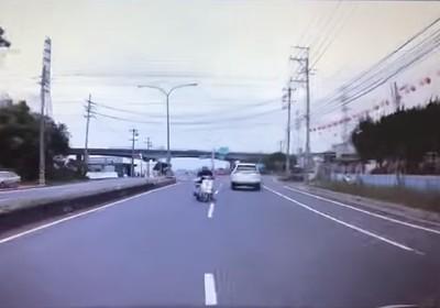 三寶騎士逆向用腳轉彎 駕駛嚇傻