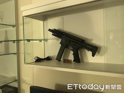 男揹三條通 衝鋒槍大膽擺陳列架