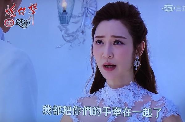 曾莞婷婚禮「讓出新郎」 牽李燕手給陳冠霖…網哭:史上最聖光女主角