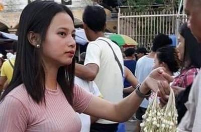 教堂外幫母賣花!20歲女大生爆紅