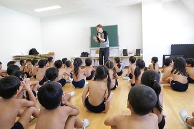 日「裸體幼稚園」男女童脫光上課