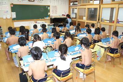 日幼稚園「裸體教育」惹議 生病才准穿衣服 網友:老師怎麼不一起?