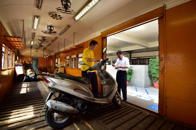 台鐵「火車託運機車」回憶掰了!3/1起停辦