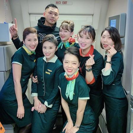 ▲陳建州跟6個空姐合照。(圖/翻攝自臉書/黑人 陳建州)
