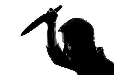 債主車堵門口、與老母吵架 拿刀刺死他