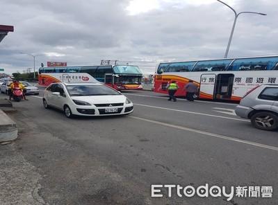 恆春遊覽車追撞2自小客車 5人受傷