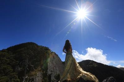 「她給我們上重要一課」 雪羊悼比基尼登山客