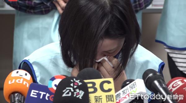 ▲長榮空姐遭副幫白人脫褲擦屁股,開記者會哽咽。(圖/ETtoday新聞雲直播)