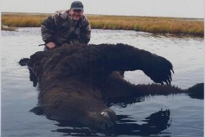 俄國遊客公園遇棕熊,徒手把牠打趴?