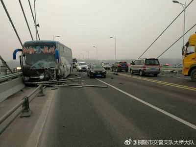 影/銅陵長江大橋2車對撞 小客車當場3死1傷