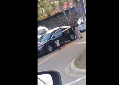 父母搶劫遭上銬 童下車舉手投降