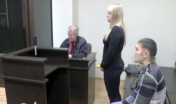 女友發飆捅他13刀! 險死男出庭竟下跪求婚 法官勸:你冷靜點