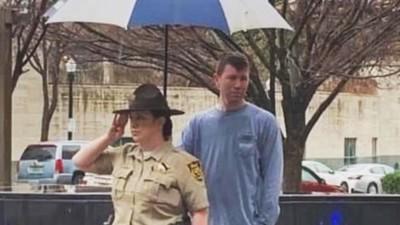 靜默為女警「撐傘半個鐘頭」暖男確認雨停才離開,不打擾她值勤