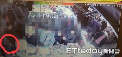 景美市場女扒手偷包包 警混人群逮捕
