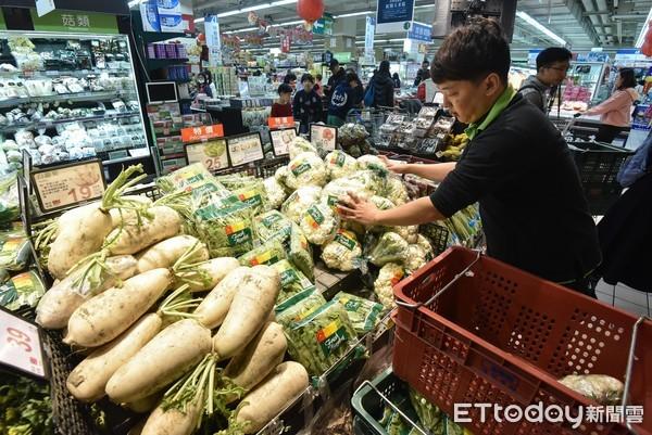 ▲▼量販店,超市,青菜水果,蔬果價格,葉菜類,菜價,蔬菜,滯銷,盛產,搶購。(圖/記者李毓康攝)