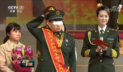 中國陸軍司令見掃雷戰士落淚擁抱