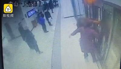 吵架夫妻地鐵「擋車門」 癱瘓列車