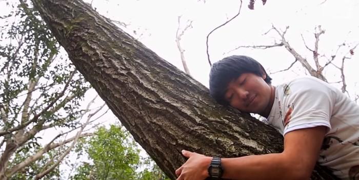 ▲▼熱愛吃蟲的男子。(圖/翻攝自Youtube/Asian Boss)