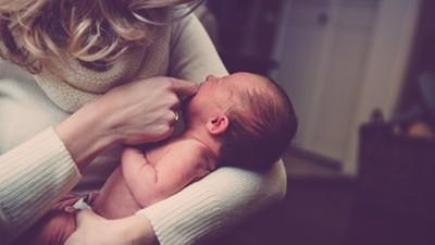 新生兒臉長巴掌大胎記 婆婆飆罵媳婦:都是妳「懷孕用熨斗」燙傷寶寶!