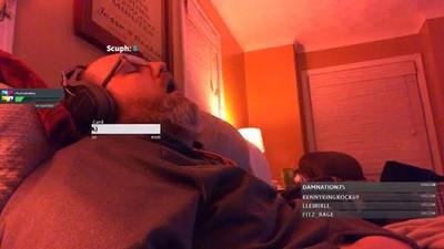直播途中不小心睡著 網友朝聖「瘋狂斗內」 醒來被200人注視