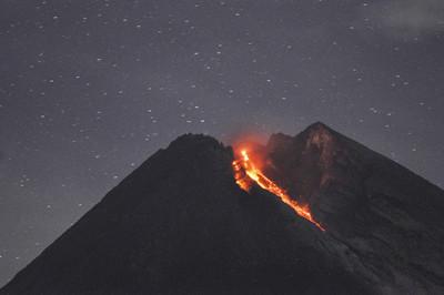 印尼默拉皮火山 噴發1400熔岩流