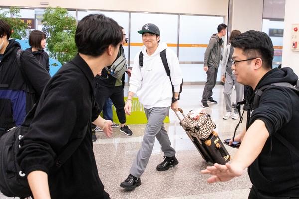 ▲▼日本國民天團「Mr.Children」來台,主唱櫻井和壽露出微笑。(圖/讀者提供)